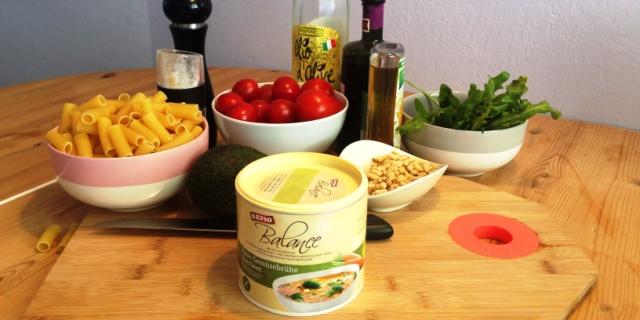 Schnelle Pasta mit Avocado, Ruccola, Cherrytomante, Pinienkernen und Gefro Balance